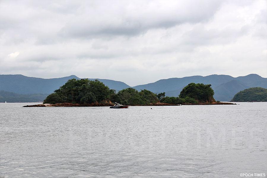 位於西貢十四鄉的井頭村海濱的園藝農場,三面環山,可見「三杯酒兩杯茶」的獨特風景。(陳仲明/大紀元)