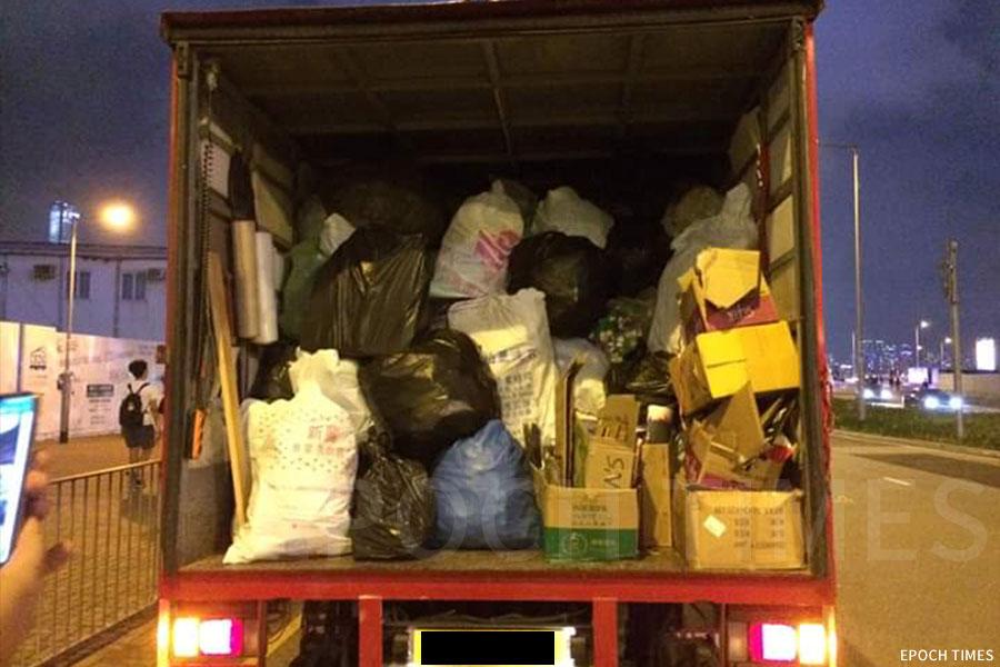 人員將一袋袋載滿塑膠的垃圾袋送上回收車。(Leo Mak提供)