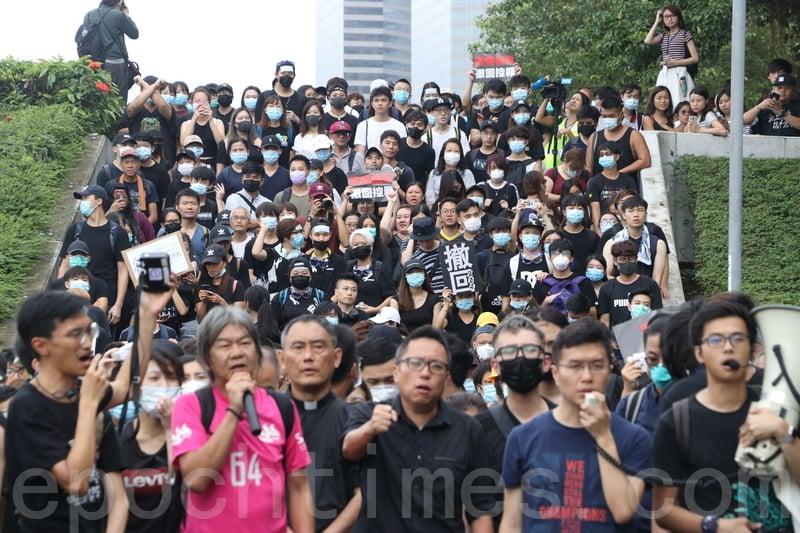 議會陣線立法會議員朱凱廸及區諾軒,與一批市民下午遊行到特首辦抗議。(蔡雯文/大紀元)
