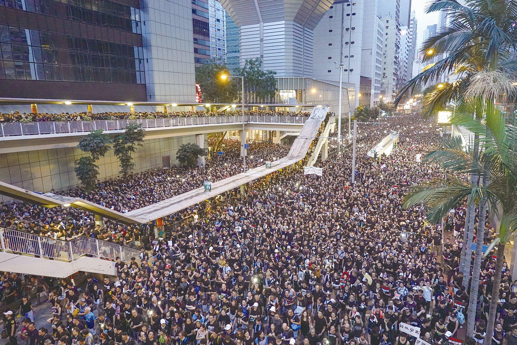 6月16日,213萬香港人再次上街遊行,表達對林鄭月娥政府未能順應名意撤回送中惡法的不滿,並要求林鄭月娥下台。(余鋼/大紀元)