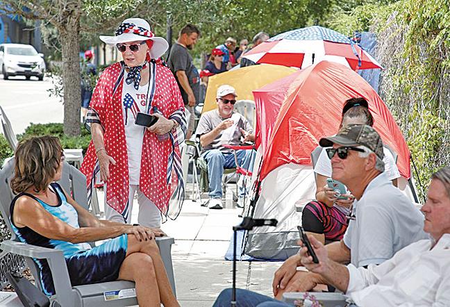特朗普的支持者在活動開始前40多個小時就守在奧蘭多安麗中心外露營排隊。(AFP)