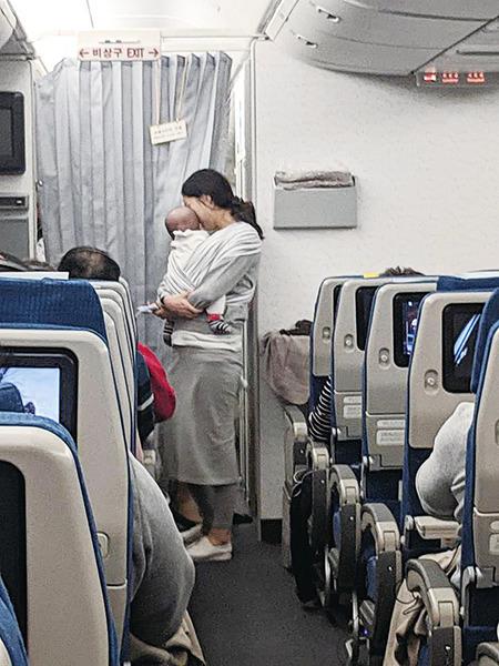 小寶寶初次搭長途機 媽媽一個舉動暖爆全艙