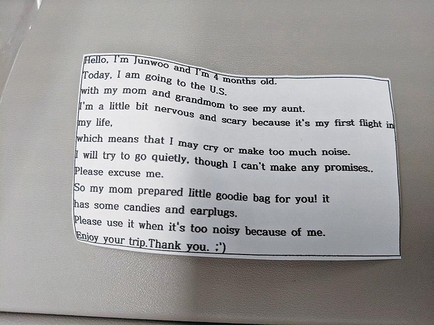 禮物包內有耳塞、糖果和一張致歉字條。(Dave Corona Facebook)