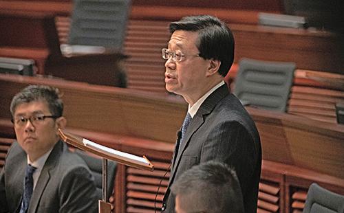 保安局局長李家超被議員連番質問會否就警方執法問題下台。(蔡雯文/大紀元)
