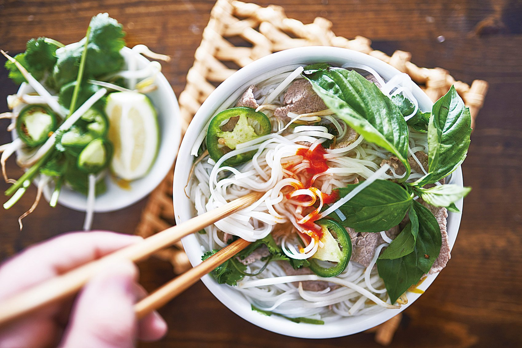 越南粉配鮮綠的嫩菜和香草。(Fotolia)