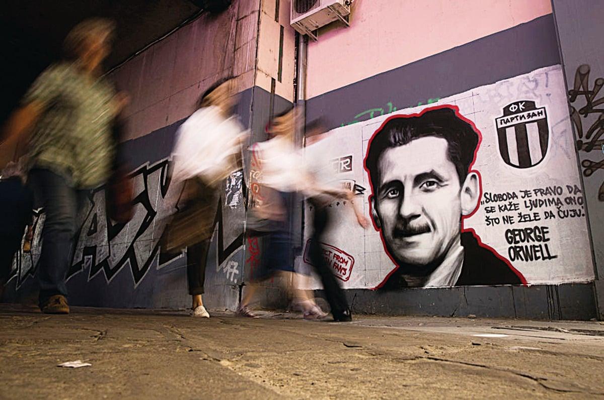 英國社會評論家、作家奧威爾精確地預測和描述了極權主義者如何通過改變語言來改變人們對歷史的正確認知。圖為位於貝爾格萊德的奧威爾壁畫。 (Oliver Bunic/AFP/Getty Images)