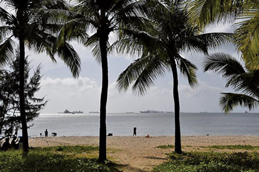 海南省民政廳日前發佈一份關於整治不規範地名清單。圖為海南三亞海灘。(Getty Images)