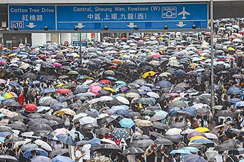 美國特朗普政府與北京的貿易談判重點,與香港居民的訴求有著驚人的相似處:要求20多年來不履行承諾的中共,進行真正的改變。(DALE DE LA REY/AFP/Getty Images)