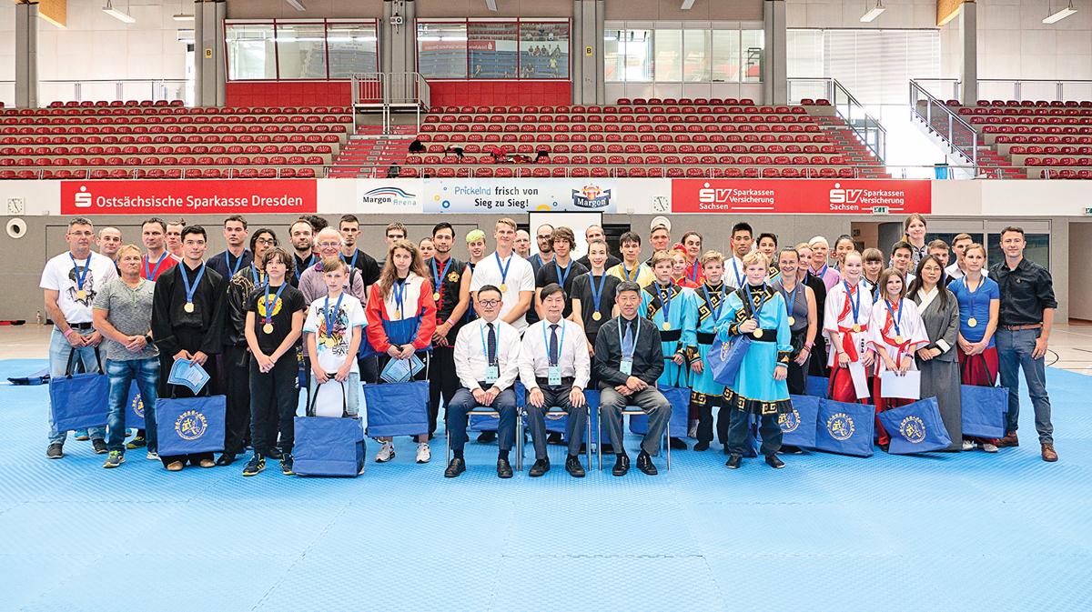 6月1日,第六屆新唐人全世界武術大賽歐洲初賽在德國德累斯頓順利落幕,圖為評委與選手合影。(張清颻/大紀元)