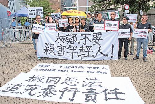 一群家長、教師、宗教及文化團體成員昨日身穿黑衣到特首辦外集會,要求林鄭月娥「不要殺害年輕人」。(蔡雯文/大紀元)