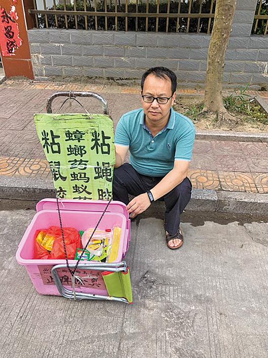 原北京鋒銳律師事務所合夥律師劉曉原坐在街邊賣殺蟲用品。(劉曉原推特)