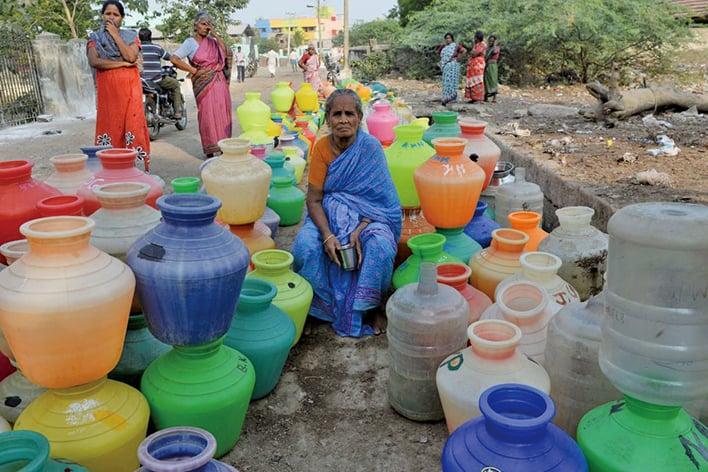 清奈近日4座水庫見底。讓460萬人居民陷入嚴重缺水危機。圖為,民眾在水井前等待提水。(AFP)