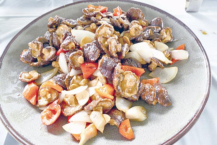 「宮保鮮香菇」使用炸香菇和彩椒拌炒。