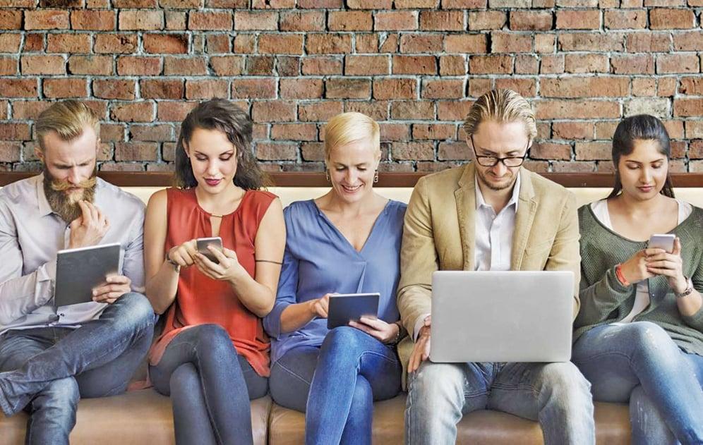 研究人員發現18至30歲之間的年輕人,頭骨的枕外粗隆增大的情況愈來愈普遍,並指出這與長時間低頭使用智能手機和平板電腦有關。(GETTY)
