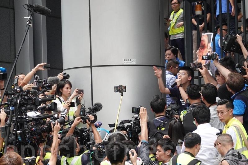 警方談判專家離開,黃之鋒再次要求盧偉聰出來面對示威者。(余鋼/大紀元)