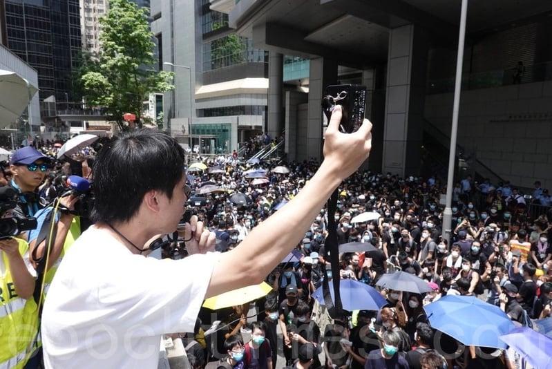 民主黨立法會議員鄺俊宇到場聲援,他再次呼籲示威者要「不流血、不受傷、不被捕」。(余鋼/大紀元)