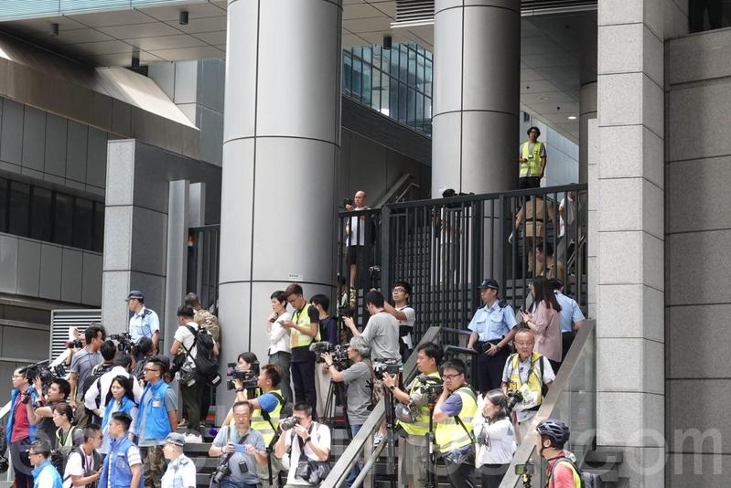 警察總部的正門大閘已關上。(余鋼/大紀元)