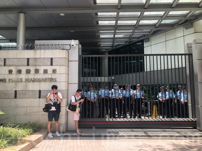 警察總部的後門大閘同樣已關上。(梁珍/大紀元)