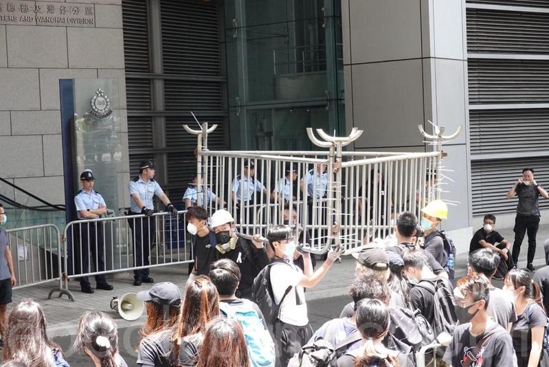 示威者不斷搬鐵馬到軍營廠街警察總部一帶,加強防線。(余鋼/大紀元)