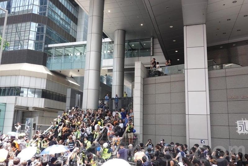 示威者拒絕離開,並不斷高呼「放人」。(余鋼/大紀元)