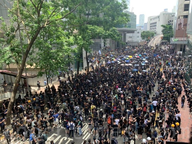 上千名示威者包圍政府總部,軍器廠街被佔據。(李逸/大紀元)