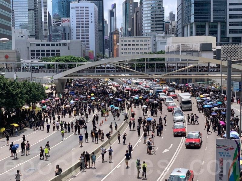 夏愨道亦有示威者湧出馬路,東西行線很快被佔領。(李逸/大紀元)