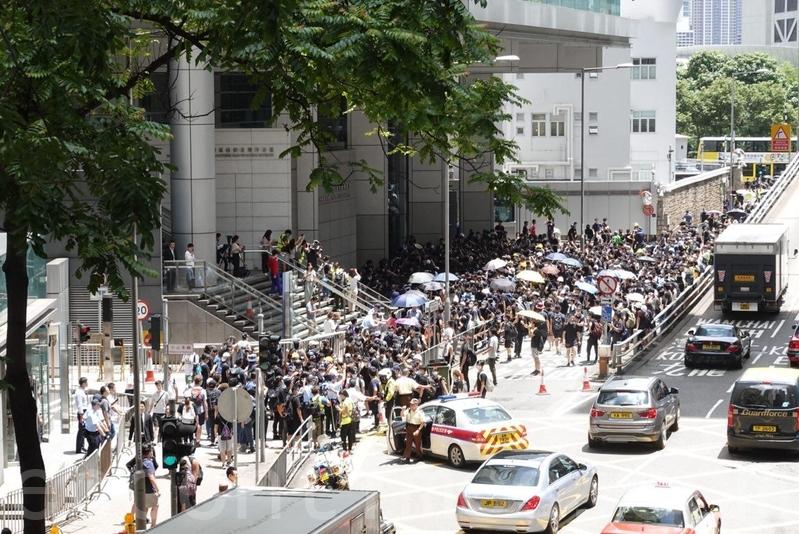 有示威者應響號召,改到警察總部外抗議。(余鋼/大紀元)