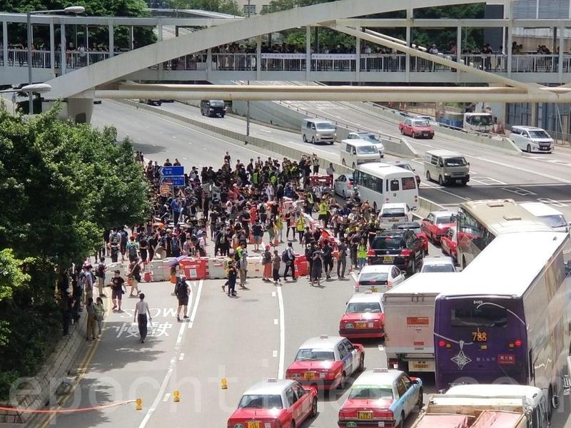 大約10時50分,有示威者呼籲群眾佔領道路,人群往添美道進發。(宋碧龍/大紀元)(宋碧龍/大紀元)