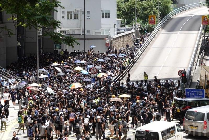 數百名示威者包圍政府總部,軍器廠街被佔據。(李逸/大紀元)