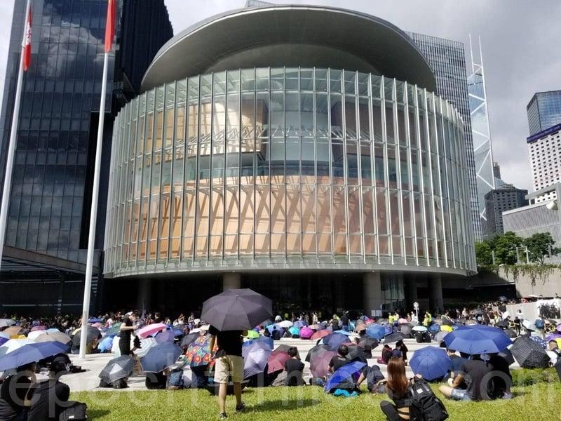 早上大示威者在批添馬艦公園一帶靜坐。(宋碧龍/大紀元)