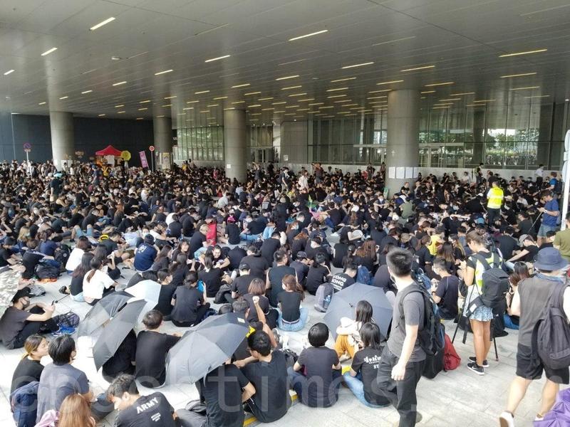 早上大批示威者在立法會外靜坐。(宋碧龍/大紀元)