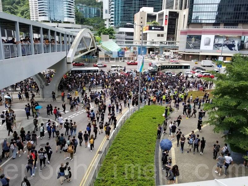 大約10時50分,有示威者呼籲群眾佔領道路,人群往添美道進發。(宋碧龍/大紀元)