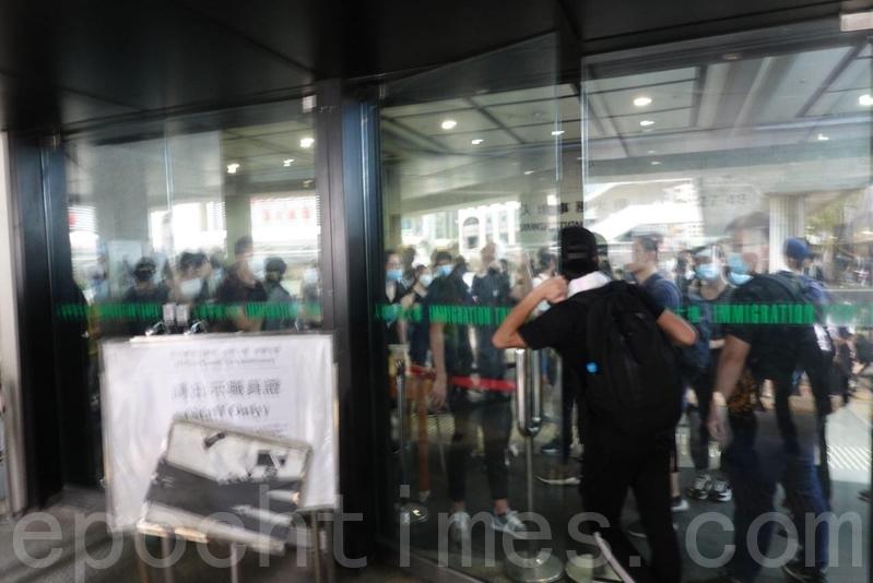 示威者已堵入境事務大樓樓的三個出入口。(余鋼/大紀元)