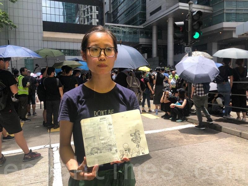 香港某大學讀設計專業的黎小姐,畫筆紀錄「反送中」運動的歷史。(梁珍/大紀元)