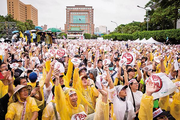 反紅色媒體 台數萬人集會