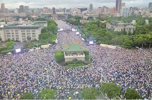 「拒絕紅色媒體、守護台灣民主」活動23日在總統府前凱達格蘭大道舉行,數萬名民眾不畏風雨參加。 (袁世鋼/大紀元)