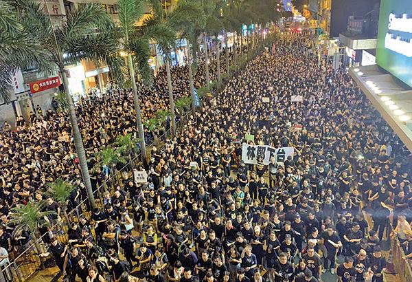 6月16日有兩百萬人上街反對送中惡法,表達強烈民怨。中大最新民調顯示港府及特首民望暴跌。(大紀元資料圖片)