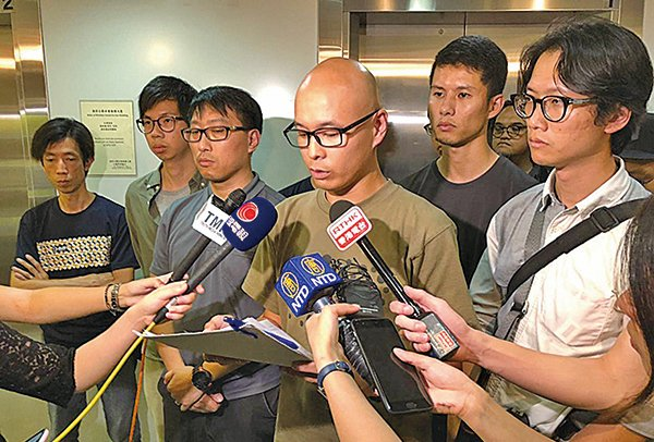 香港攝影記者協會主席郭顯熙辭職後,職務暫由副主席陳奕釗(中)署任。(展誠/大紀元)