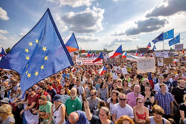 捷克疑因總理涉貪,約25萬民眾23日在首都布拉格市中心展開示威要求總理下台。(AFP)