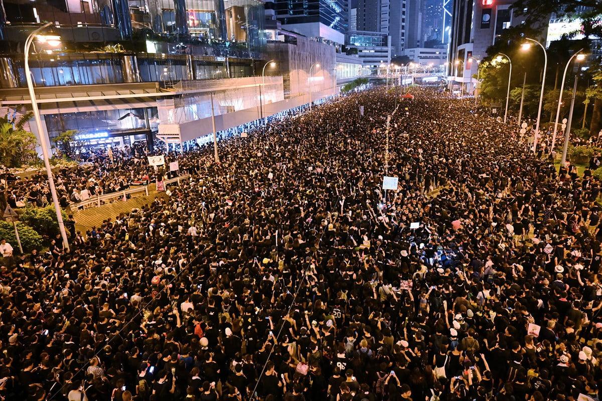 6月16日,大批港人走上街頭繼續抗議惡法,夜幕降臨,遊行仍未結束。聲勢浩大的遊行隊伍,要求港府撤回惡法。(HECTOR RETAMAL/AFP)
