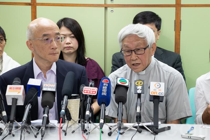 科技大學副教授成名(左)及天主教香港教區榮休主教陳日君樞機。(蔡雯文/大紀元)
