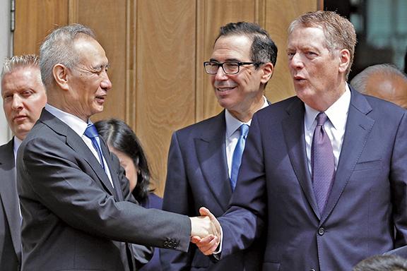 中美雙方同意恢復談判。圖為2019年5月10日,劉鶴與萊特希澤和姆欽在華府結束會談後道別。(Getty Images)