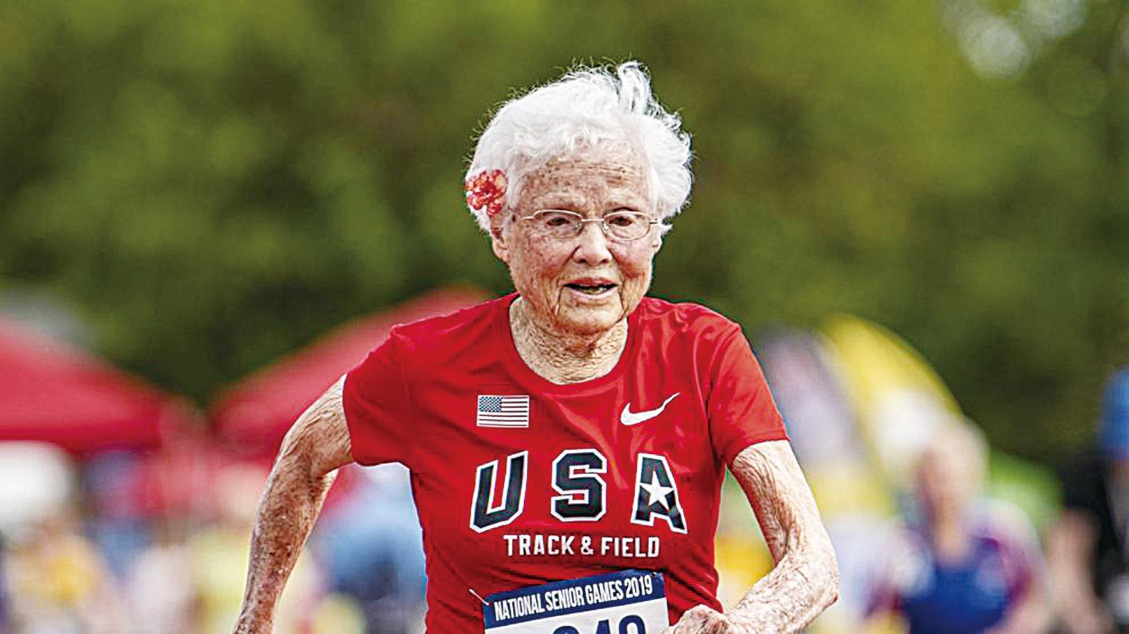 103歲老婆婆茱莉亞日前參加全美高齡運動會(National Senior Games),在百歲以上女子組100米賽事中再次問鼎冠軍寶座。(La Vanguardia Facebook)