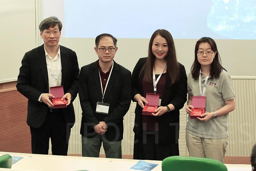 左至右:何永業工程師、IET主席William WAN、李煥明博士、李嘉敏博士。(陳仲明/大紀元)