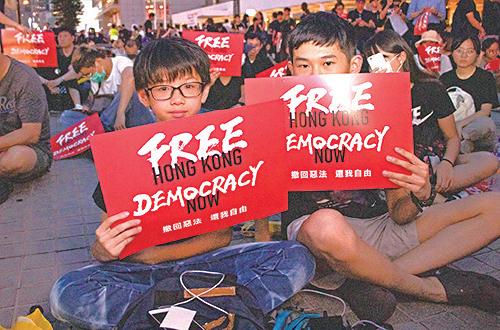 中三學生何同學(左)和郭同學(右)都表示身為香港人,想出一分力。(蔡雯文/大紀元)
