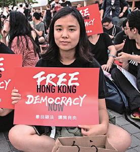 城大學生張小姐(右)不滿特首林鄭月娥拒撤惡法,同時要追究警權過大。(蔡雯文/大紀元)