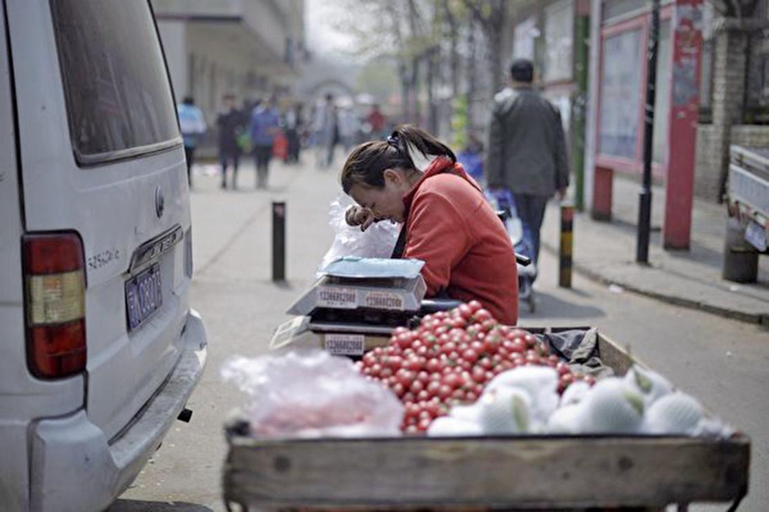 中國人的車厘子自由,可以成為中美貿易戰的勝負指標。圖為在北京街頭等待客戶上門的車厘子小販。(Getty Images)