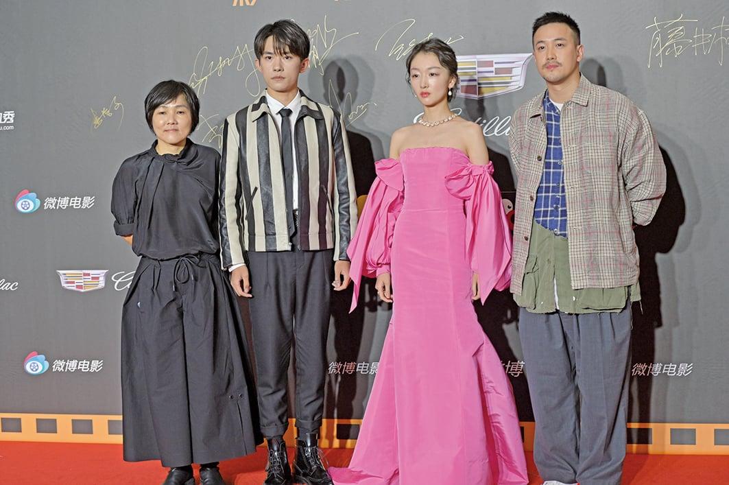 6月16日,2019微博電影之夜在上海舉行,《少年的你》劇組亮相,左起:許月珍(監製)、易烊千璽(主演)、周冬雨(主演)、曾國祥(導演)。(大紀元資料室)