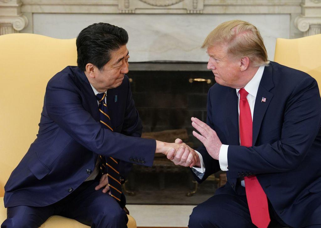 美日同盟令到日本要和美國在安全保障方面保持一致,因此日本人要放棄一些和中國的經貿關係,比如和華為割席,不再提供商品給華為。圖為今年4月26日特朗普(右)在白宮會見日本首相安倍晋三。(MANDEL NGAN/AFP/Getty Images)