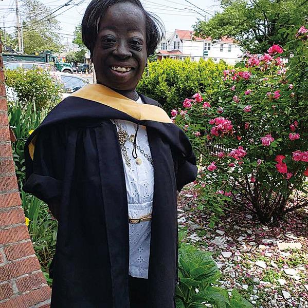 醫生判只能活三天 身高如幼童的妮基如今已大學畢業